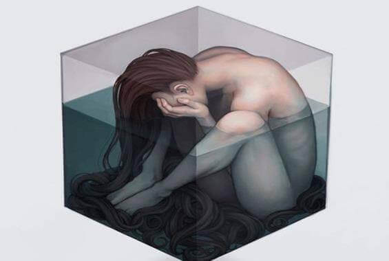 Nainen alasti vesikuutiossa
