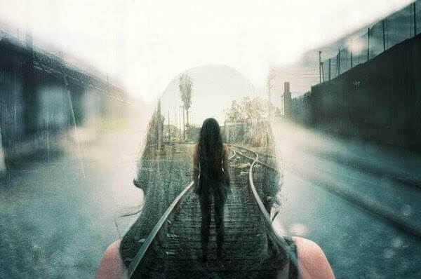 Nainen rautatiellä