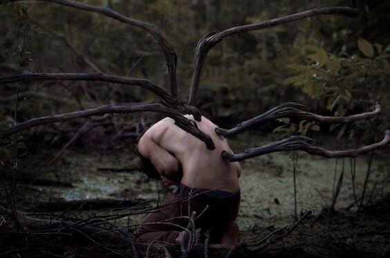 Miehen selästä kasvaa oksia