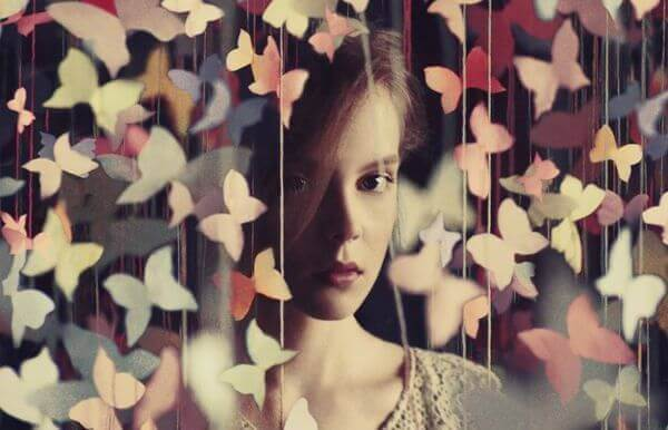 Tyttö ja paperiperhoset