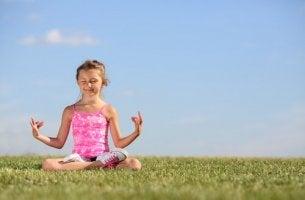 Tyttö meditoi