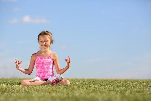 Miksi ja miten opettaa lapsia meditoimaan
