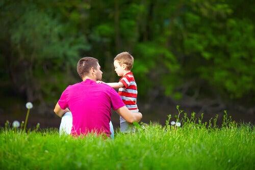 isä ja poika ruohikolla