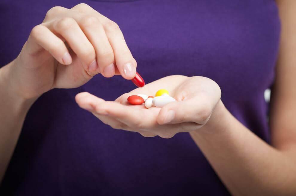 pillerit kädessä