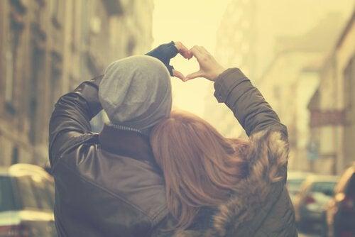 pariskunta muodostaa sydämen