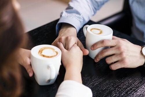 pariskunta kaffeella