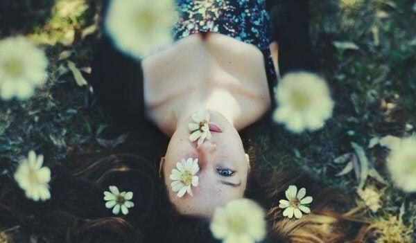tyttö ja kukat