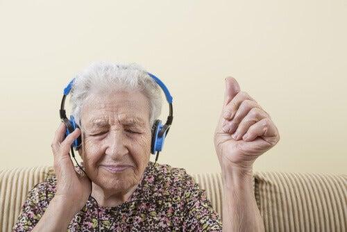 vanhus kuuntelee musiikkia