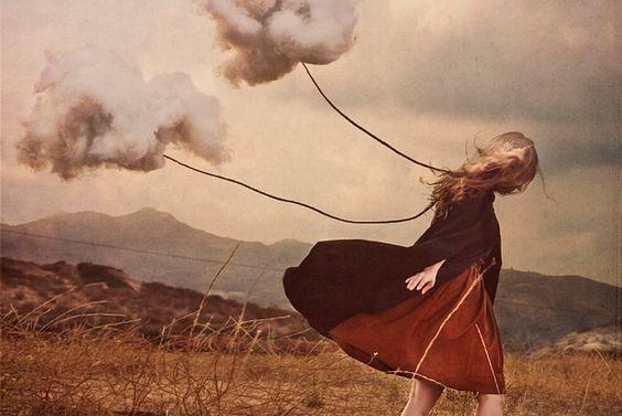 tyttö vetää pilviä perässään