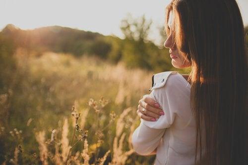 tyttö niityllä