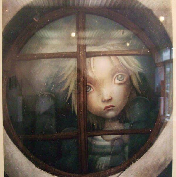 tyttö ikkunan takana