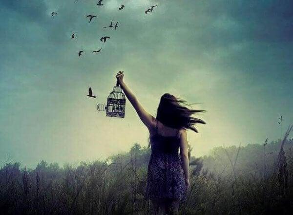 linnut lentävät häkistä