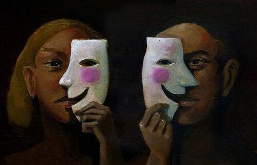 naamarit ja psyykkinen etäisyys
