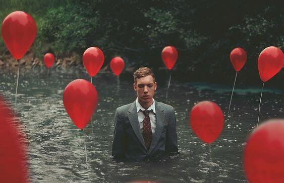 mies ja ilmapallot joessa