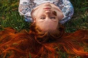 tyttö nurmikolla