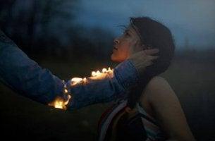 palava käsi ja tytön pelko