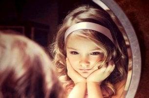lapset tyttö ja peili