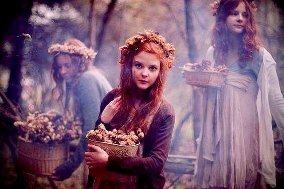 tytöt metsässä