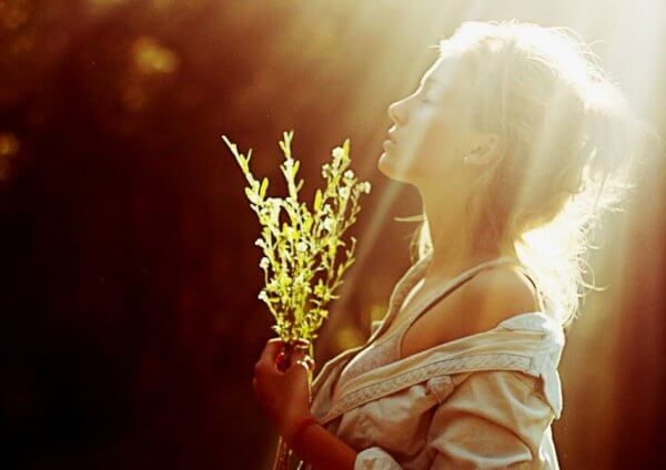 rauhallinen nainen auringonvalossa