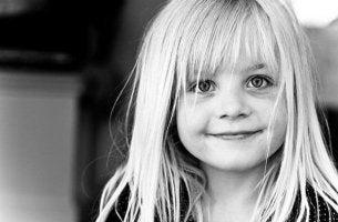 hymyilevä pikkutyttö