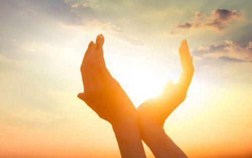 aurinko käsissä