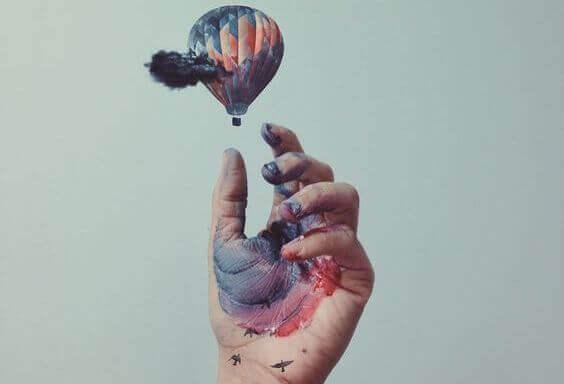 käsi ja kuumailmapallo ja värit