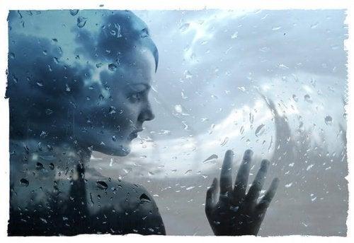 nainen ikkunassa