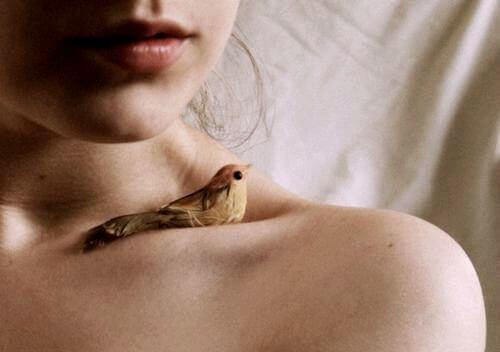 lintu naisen päällä