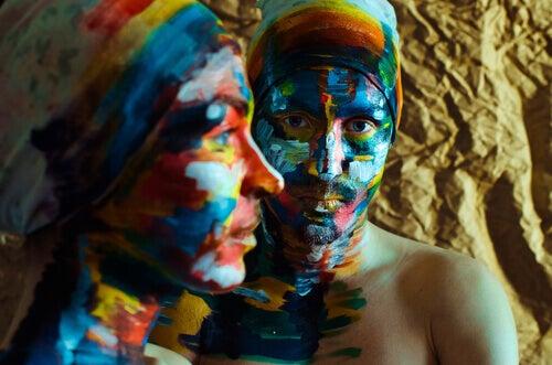 maalatut nainen ja mies