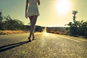 paljain jaloin asfaltilla