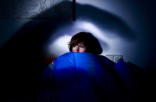mörkö huoneessa