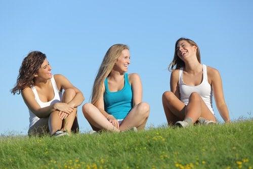 ystävykset nauravat yhdessä