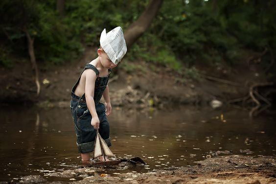 lapsi leikkii joella