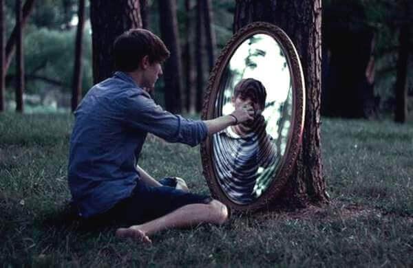 poika ja peilikuva