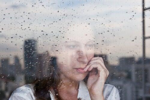 nainen ikkunalla