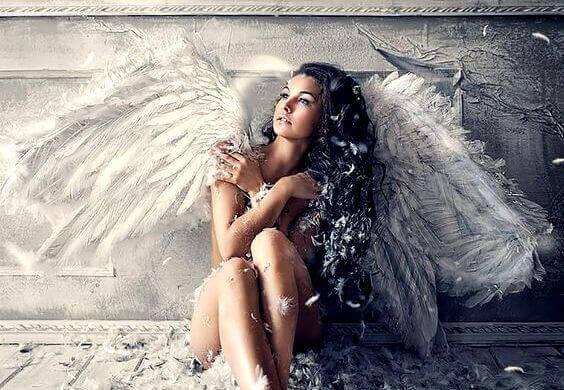 naisella enkelinsiivet