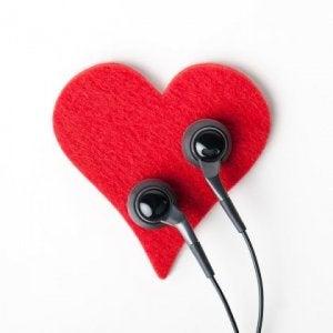 korvakuulokkeet sydämellä