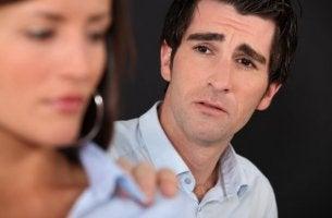 mies pyytää naiselta anteeksi
