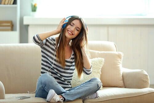 kuuntelee musiikkia