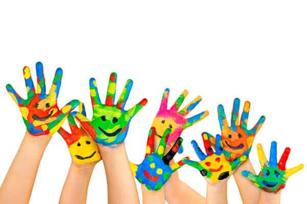 lasten värikkäät kädet