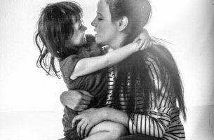 äidin ja tytön halaus