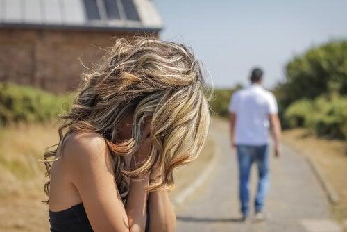 nainen itkee ja mies kävelee pois