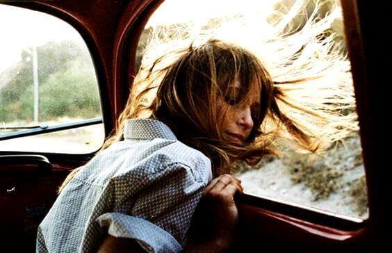 pää auton ikkunasta ulos