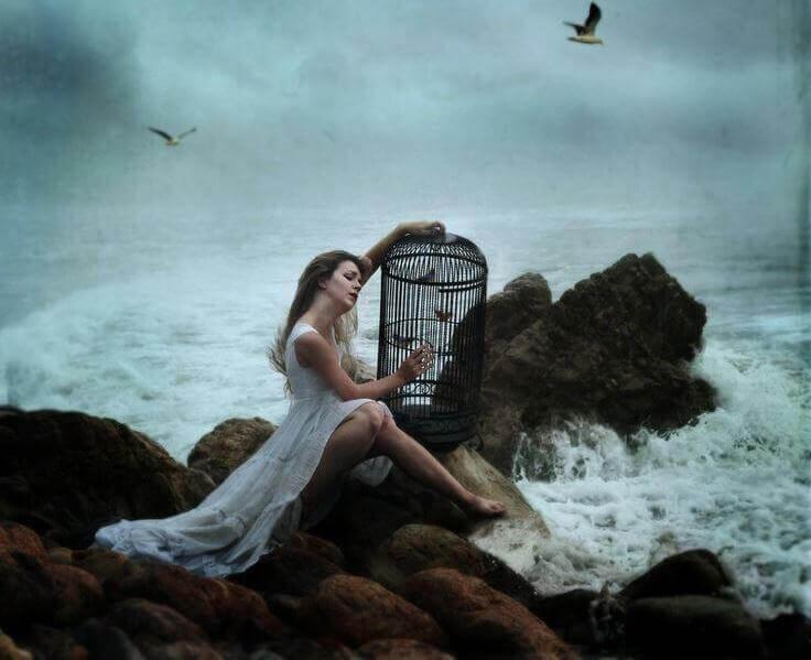 kärsiminen ja linnut häkissä