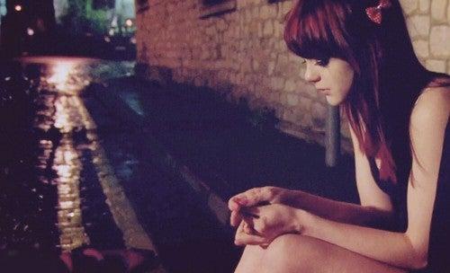 tyttö yksin