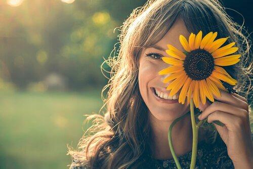 tyttö ja auringonkukka