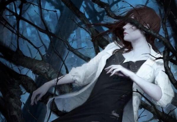 nainen puussa