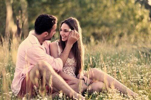 rakastunut pari niityllä