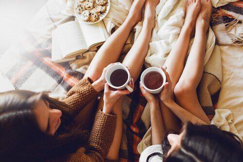 ystävät juovat teetä