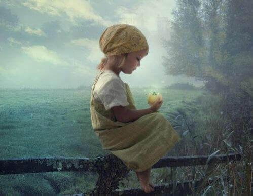 tyttö ja hedelmä